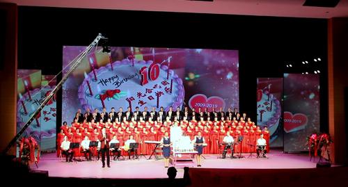 阳光合唱团周年庆 集团公司送祝福